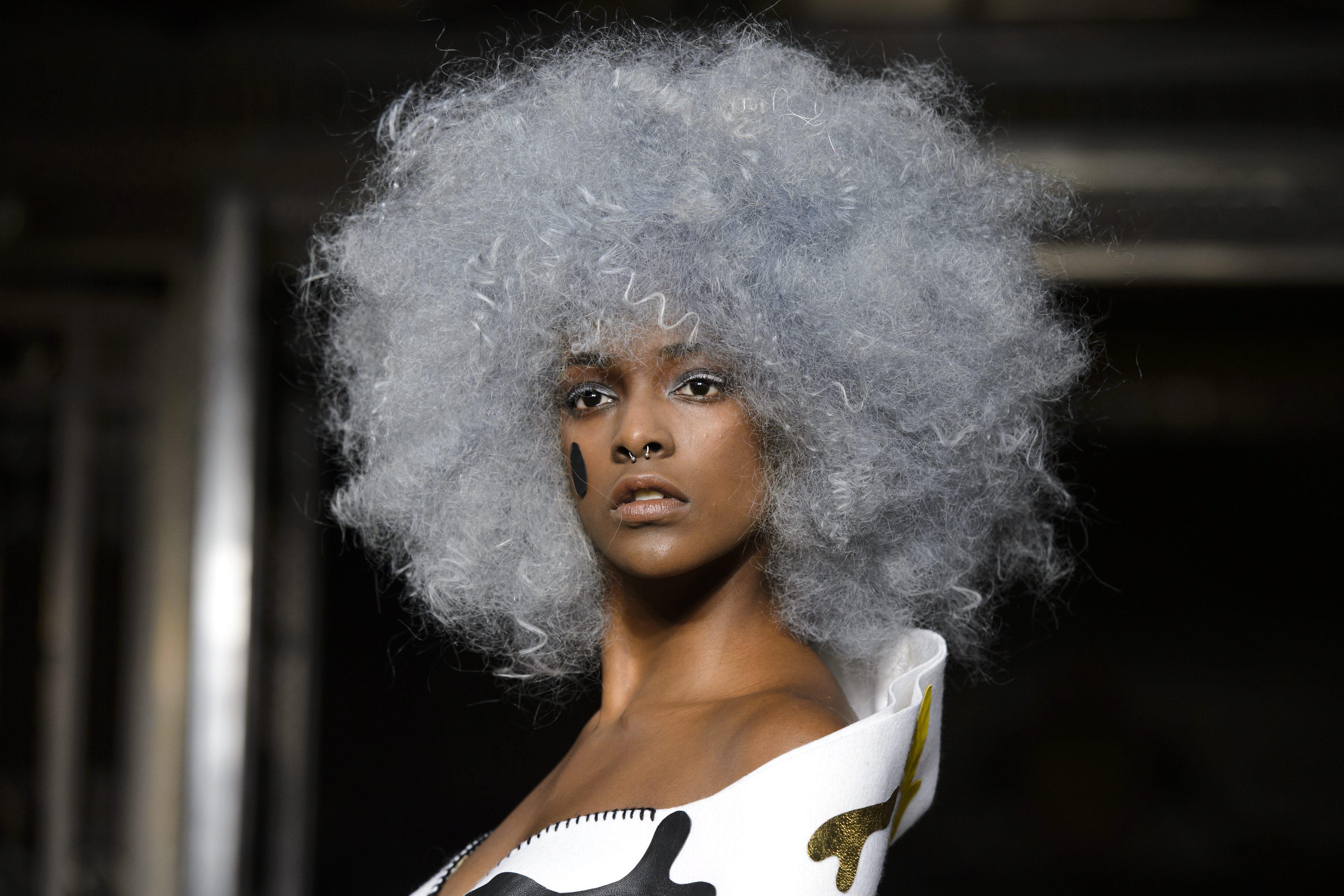 Melenas afro de moda